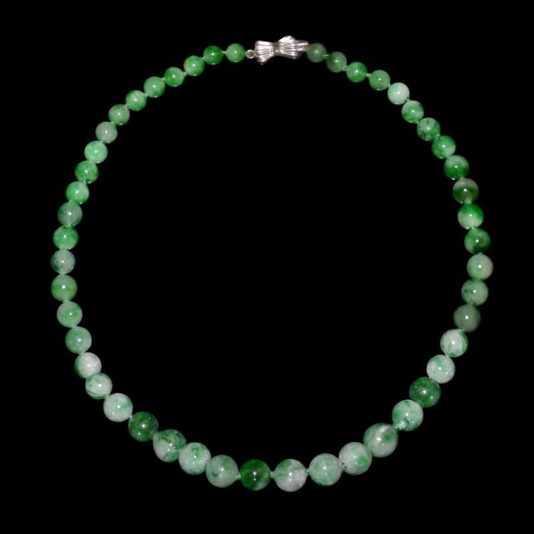 A Jadeite Bead Necklace 翡翠48粒(使发)玉珠项链