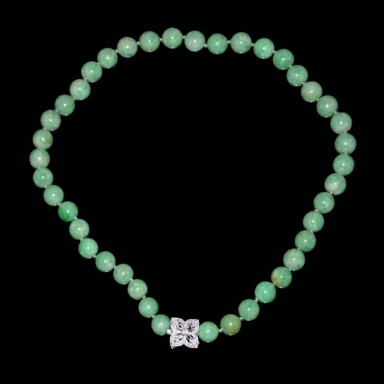 翡翠玉珠链加钻石钮 A Jadeite Bead Necklace with Diamond Clasp