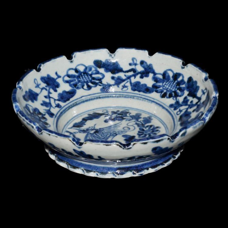 明 正德 青花飞凤缠枝花卉葵口撇足盘 Ming, An Unusual Blue and White Bracket-Lobed Dish