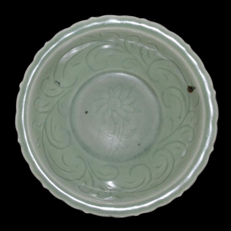 元 龙泉窑刻花葵口盘 Yuan, Longquan Celadon Barbed Plate