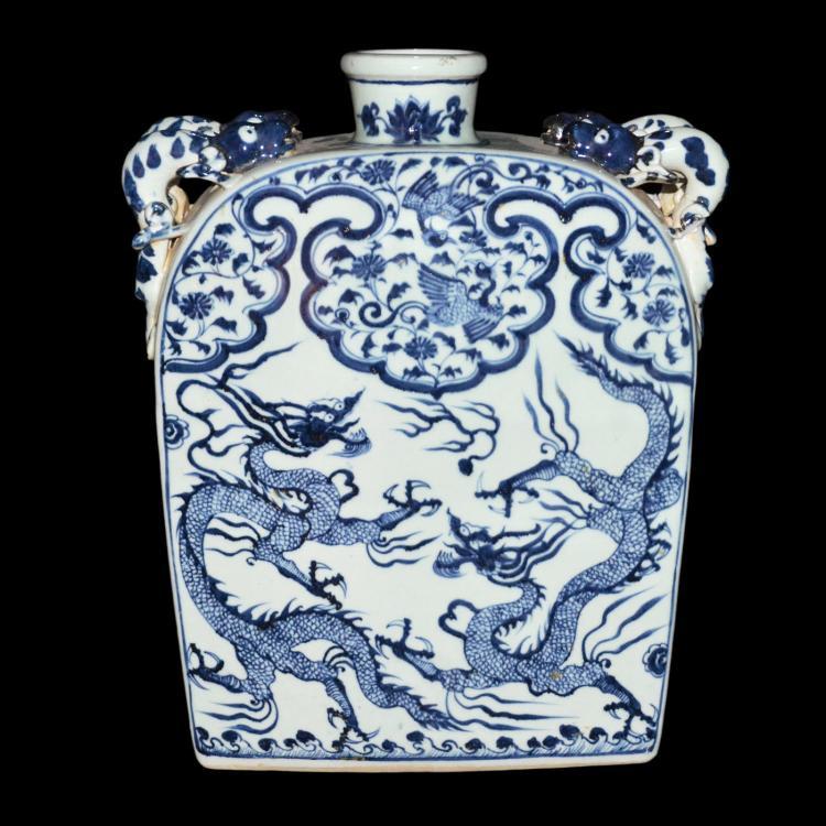 青花双龙戏珠如意凤穿花四螭耳大扁瓶 An Immense Blue and White Dragon Moon Flask
