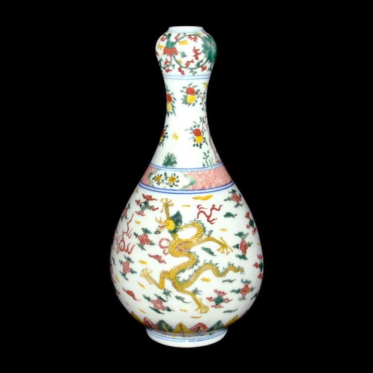 明 万历 素三彩三龙纹蒜头瓶 Ming, Su Sancai Tri-Color-Glazed Garlic Head Vase with Dragon Motifs