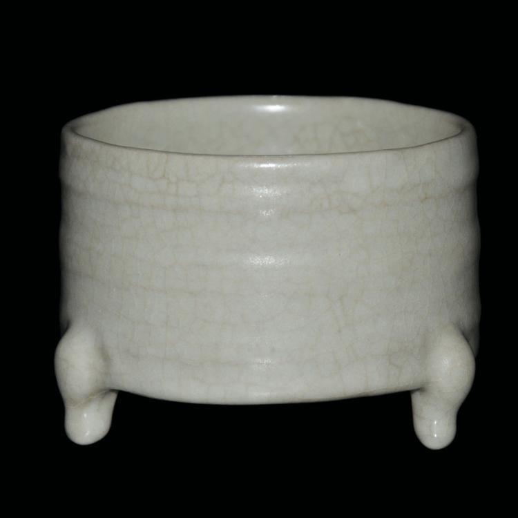 宋 蛋青釉弦纹三足炉 Song, Celadon-pale-glazed Tripod Censer