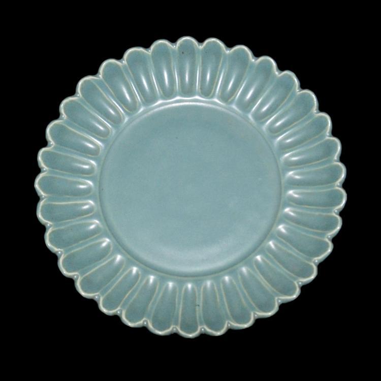 清 雍正 绿釉菊瓣盘 Qing, A Green Glazed Chrysanthemum Dish