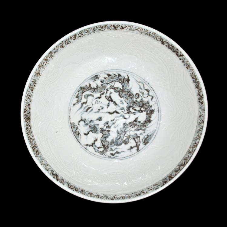 明 洪武 青花刻花龙纹盘 Ming, A Very Rare and Fine Blue and White Dragon Plate