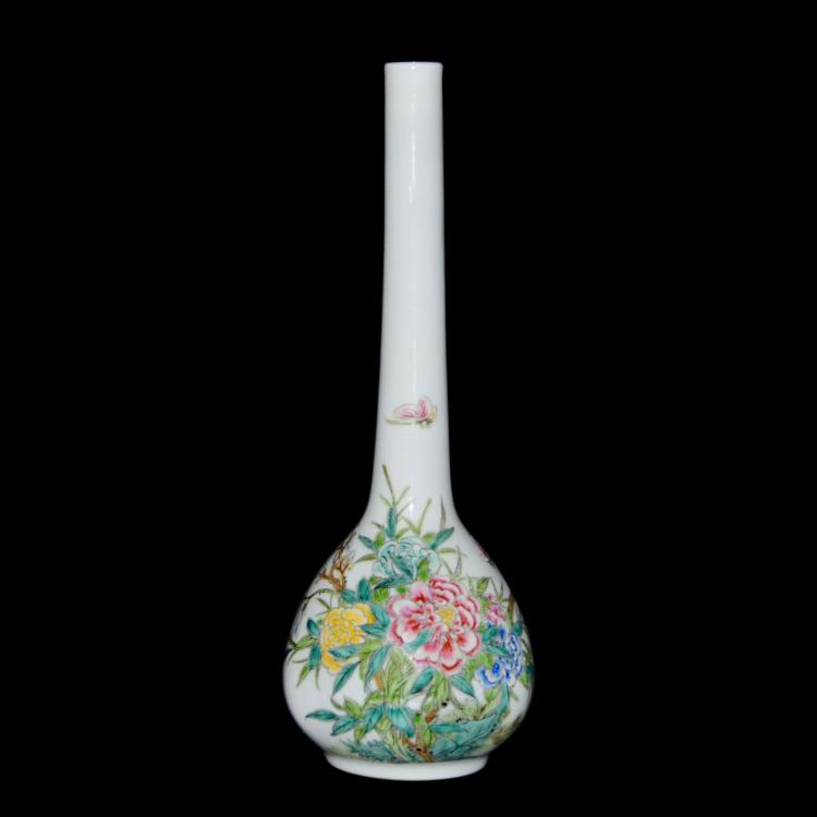清 乾隆 粉彩花蝶纹悬胆瓶 Qing, A Finely Enamelled Famille-Rose Bottle Vase
