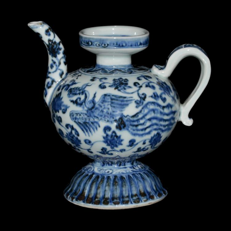 明 宣德 青花凤穿花卉盘口菊瓣撇足把壶 Ming, An Exceptional Blue and White Phoenix Floral Ewer