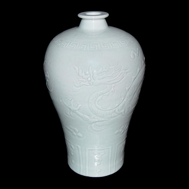 元 白釉浅刻龙云纹梅瓶 Yuan, A White-Glazed Incised Dragon-Cloud Motif Meiping