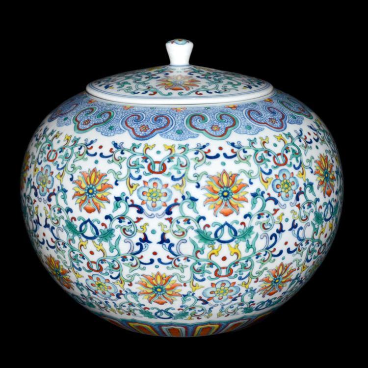 清 道光 閗彩缠枝宝相花卉圆罐 Qing, A Doucai Floral Ruyi Scrolls Round Jar with Cover