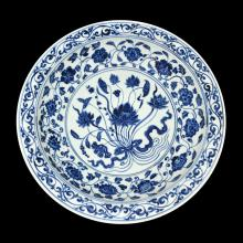 明 永乐 青花一把莲缠枝花卉折沿盘 Ming, A Magnificent Blue and White Foliate-Rim Dish with a Lotus-Bouquet Motif