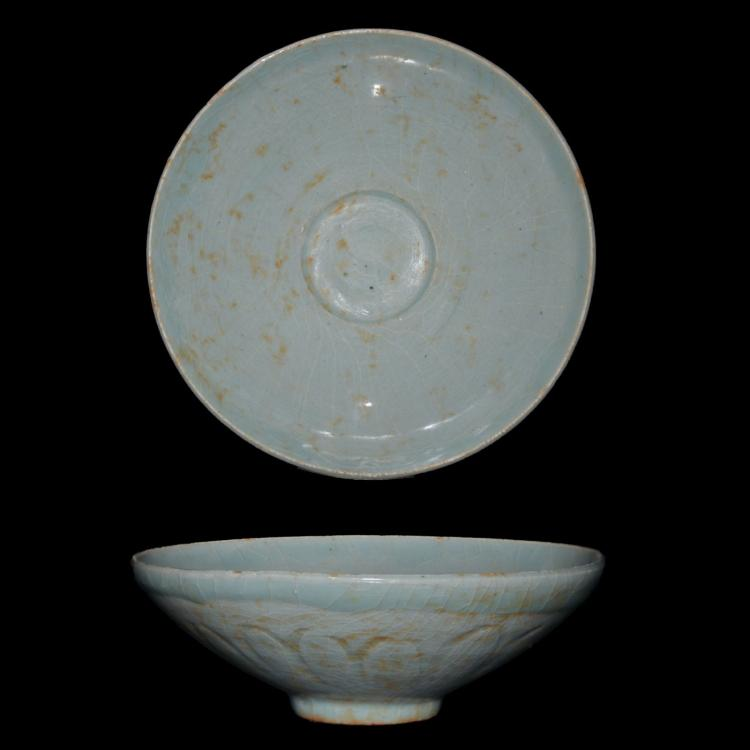 北宋 龙泉窑粉青釉菊瓣盘 Northern Song, A Longquanyao Celadon Bowl