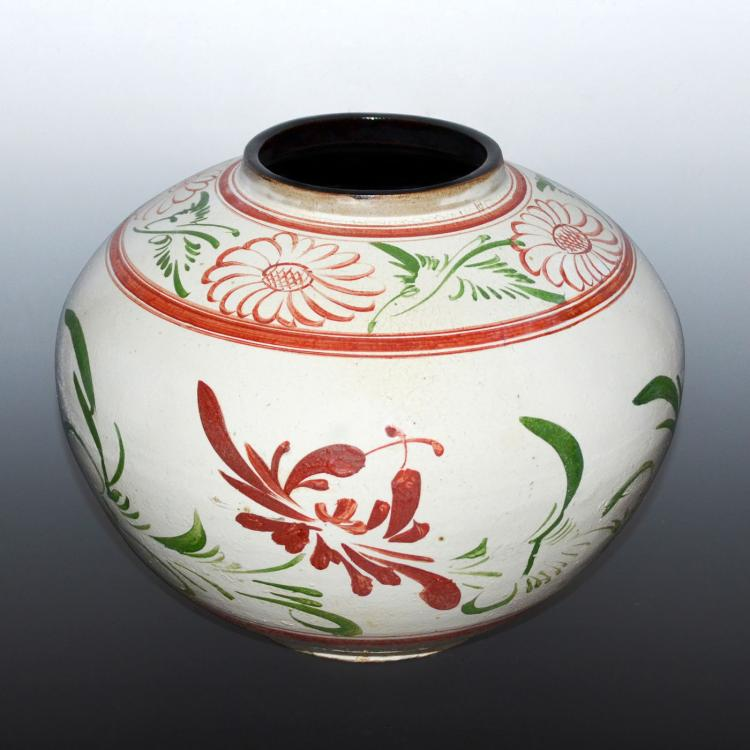 宋 白地红绿彩菊花纹大圆罐 Song, A White-glazed Jar Polychrome Painted with Red and Green