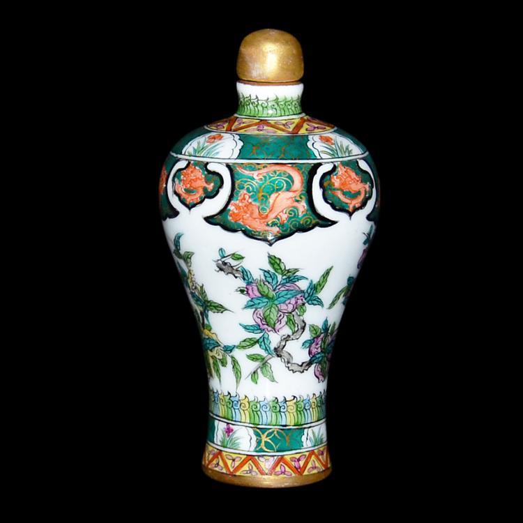 清 乾隆 閗彩三菓八龙梅瓶鼻烟壶 Qing, A Doucai Peach and Dragon Snuff Bottle