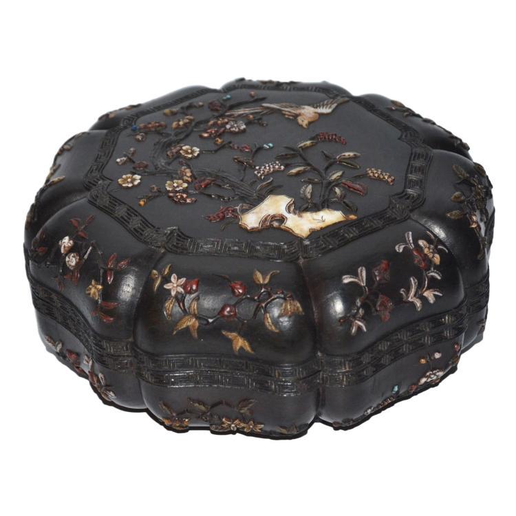 紫檀嵌镶百宝螺钿喜上眉梢花鸟八棱盖盒 Qing, A Rare Hardstone and Mother-of-Pearl Embellished Zitan Octagonal-Lobed Box