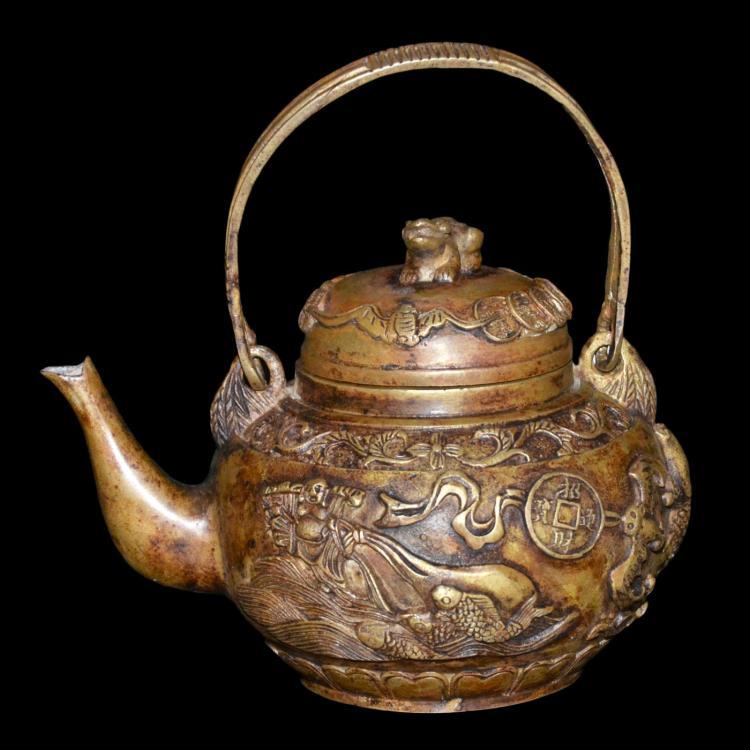 清 乾隆 铜铸浮雕招财进宝蝠鱼纹提樑壶 Qing, Bronze Engraved Teapot with Loop Handle
