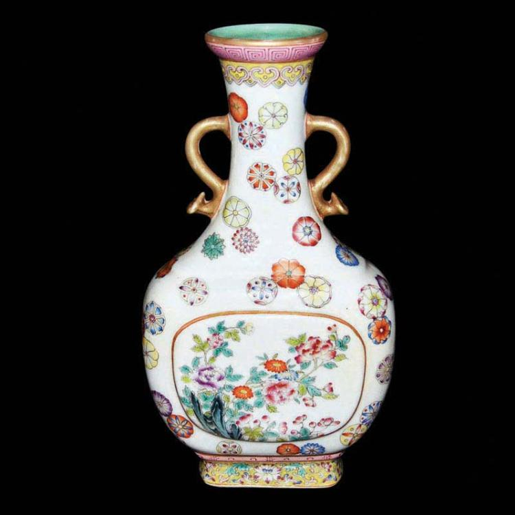 清 乾隆 粉彩金线开光花卉皮球花如意双耳敞口瓶 Qing, A Fine Famille-Rose with Floral Windows and Ball-Flowers Vase