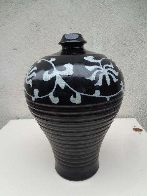 Elegant Yuan Dynasty Black Glaze Meiping with Natural Crackles