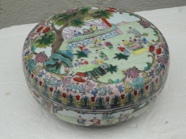 Qing Dynasty 19th Century Famille Rose Porcelain Box with Kids Motif