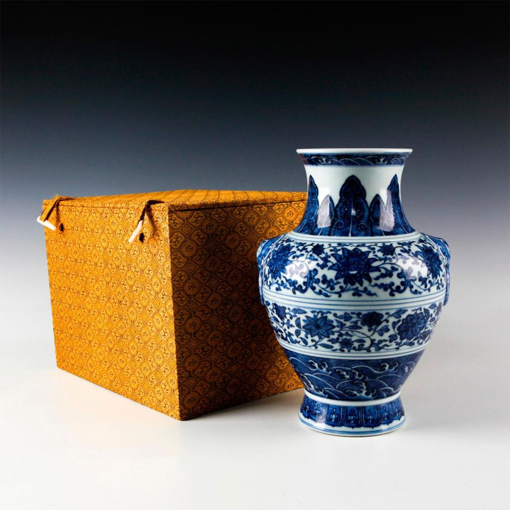 CHINESE QING DYNASTY BLUE & WHITE FLORAL MOTIF VASE