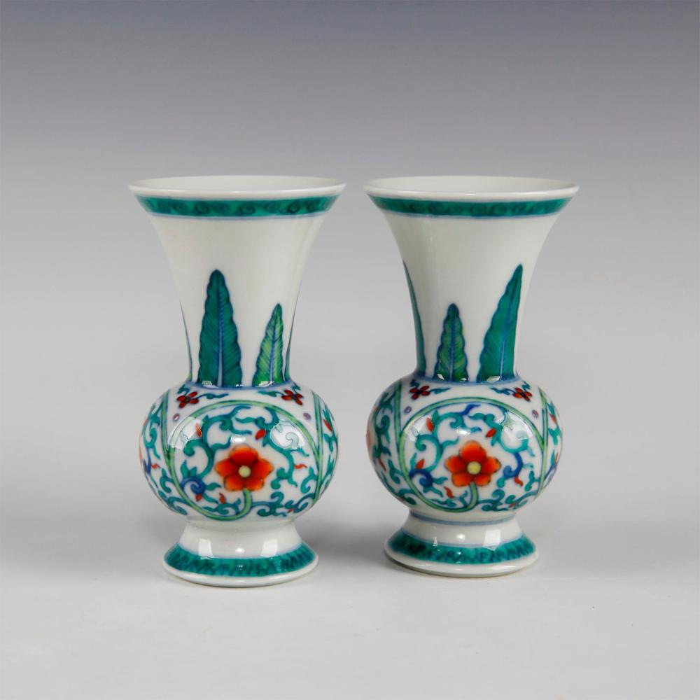 PAIR OF CHINESE QING DYNASTY CLASH COLOR SMALL VASES