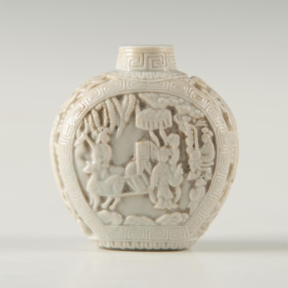 CHINESE LATE QING DYNASTY WHITE PORCELAIN SNUFF BOTTLE