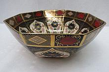 An octagonal Imari bowl bearing back stamp for
