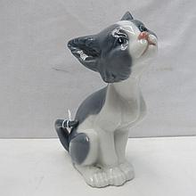 A Lladro figure of a cat, 13.5cm high.