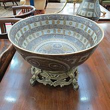 A contemporary crackle-glazed bowl, with a gilt