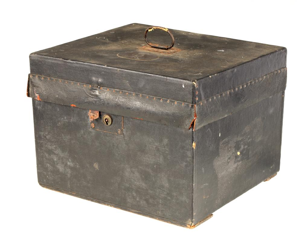 OF ROYAL INTEREST. A 19TH CENTURY CANVAS BOUND HAT BOX