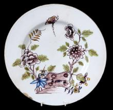 AN EARLY 18TH CENTURY LIVERPOOL DELFT CHARGER DECORATED WITH