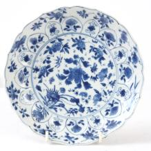AN EARLY CHINESE KANGXI PERIOD BLUE AND WHITE PLATE DECORATE