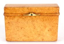 AN EARLY 20TH CENTURY FRENCH AMBOYNA AND GOLD CIGARETTE CASE