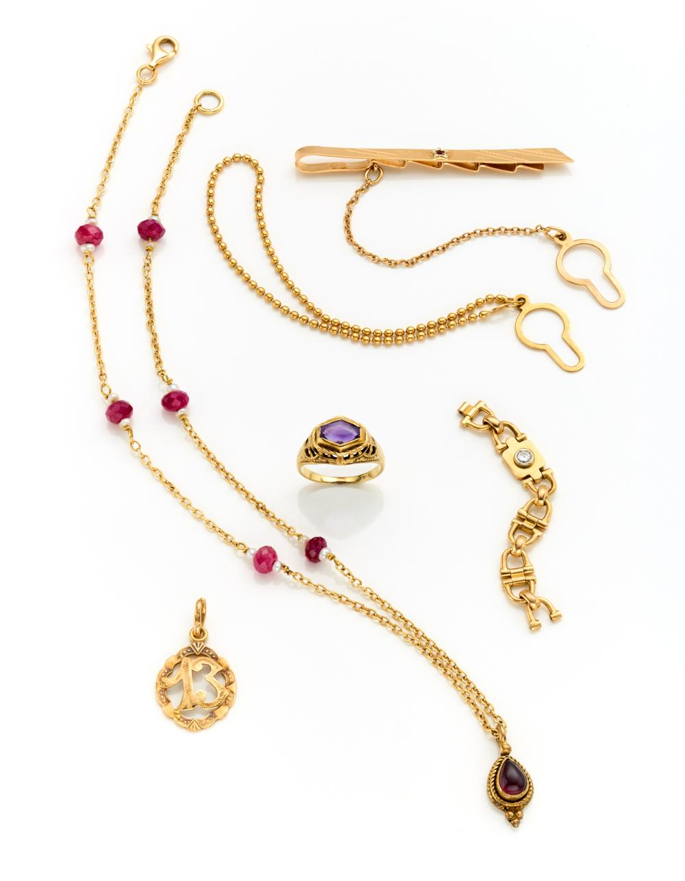 """Yellow 18K gold lot consisting of a tie clip, a pendant with the number """"13,"""" a red stone and pearl necklace of cm 35.5 circa, a link ring signed Cartier n ° 202668 46 and a yellow 12K chiseled gold ring with a hexagonal amethyst size 3.5/..."""