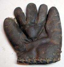 Lot 76: 1920'S WRIGHT & DITSON SPLIT FINGER FIELDERS BASEBALL GLOVE RHT