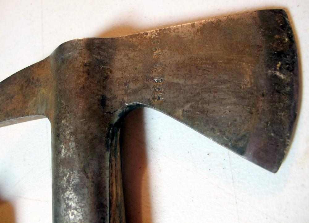 Lot 148: 1952 ELWELL FIREMAN FIREFIGHTER AXE HATCHET TOOL 5122 W/HANDMADE LEATHER COVER