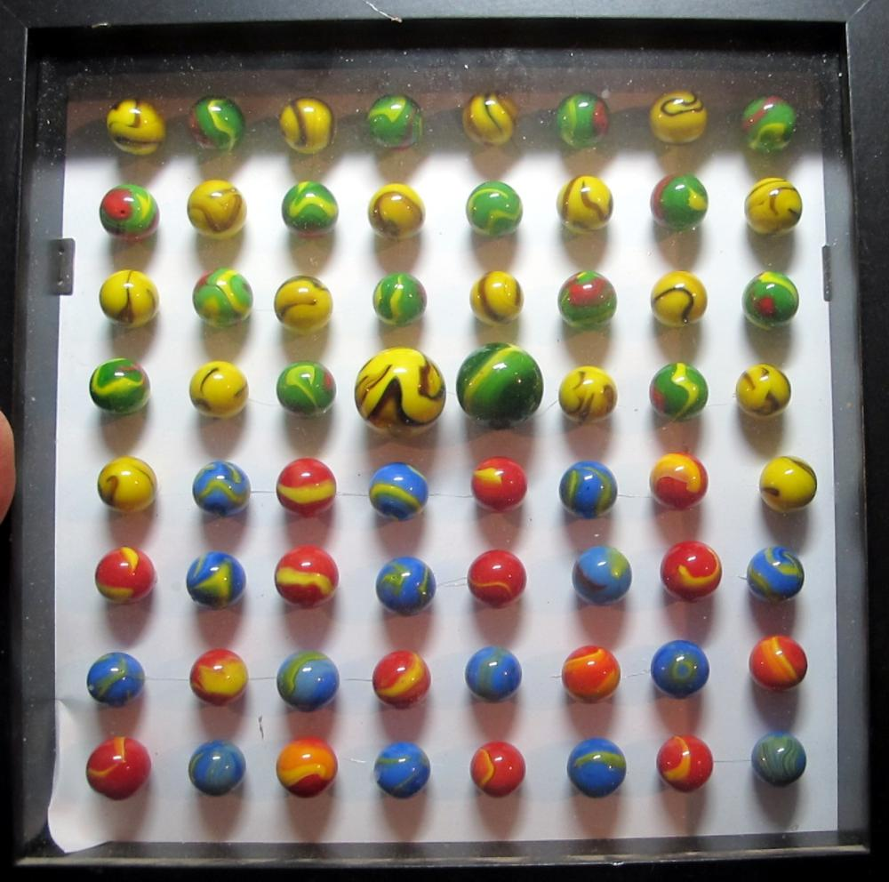 SHADOW BOX WITH 64 VINTAGE CHRISTENSEN AKRO AGATE OLD MACHINE MARBLES SHOOTER SWIRL 9 NICE