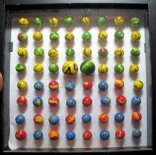 Lot 31: SHADOW BOX WITH 64 VINTAGE CHRISTENSEN AKRO AGATE OLD MACHINE MARBLES SHOOTER SWIRL 9 NICE