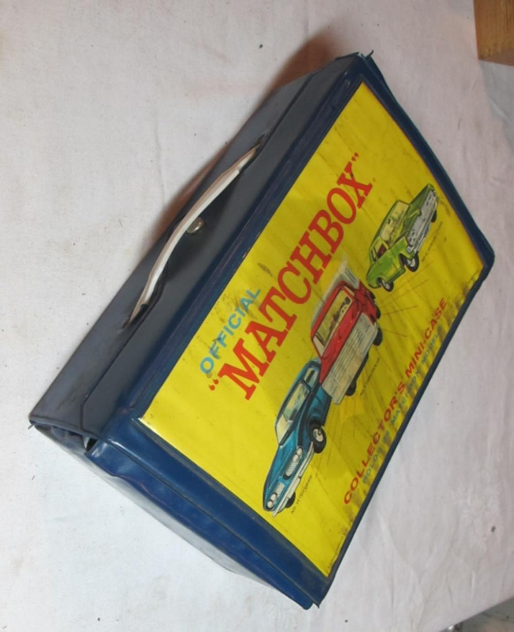 VINTAGE MATCHBOX VINYL COLLECTOR CAR CASE W/25 OLD MATCHBOX CARS TRUCK TRAILER BP GAS