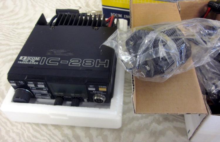 ICOM IC-28H 144 MHZ FM TRANSCEIVER WITH ORIGINAL BOX NICE