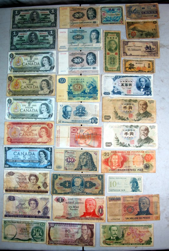 33 PIECE FOREIGN CURRENCY LOT OLD CANADA DENMARK SWEDEN JAPAN ETC CIRCULATED