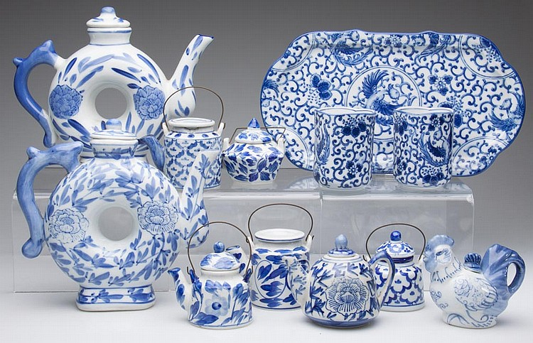 CHINESE PORCELAIN TEAPOTS AND COVERS, LOT OF 12 ARTICLES, ALL PAINTED BLUE ON THE WHITE BODIES