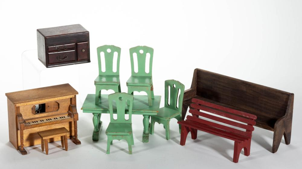 ASSORTED WOODEN DOLLHOUSE / MINIATURE FURNITURE, LOT OF TEN