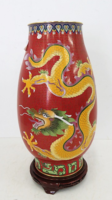 FINE CHINESE VASE WITH COILED DRAGON. HEIGHT 15