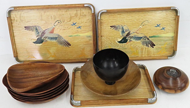 LOT ASSORTED INCLUDING MID-CENTURY TEAK AND CARVED WOOD BOWLS, CARVED BURL OIL LAMP AND SERVING PIECES