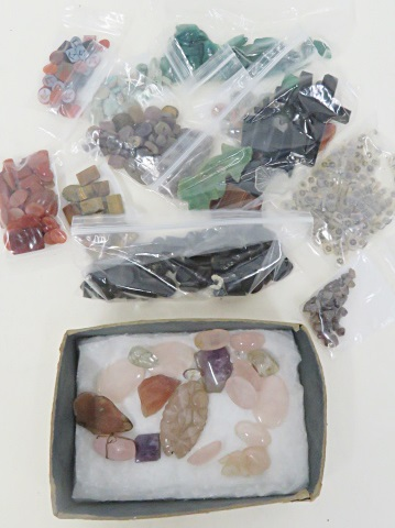 LOT ASSORTED INCLUDING HARDSTONE POLISHED AND UNPOLISHED INCLUDING QUARTZ, SARD, TURQUOISE, ONYX, VINTAGE SILVER BRACELET AND FLORAL CHAIN (MISSING CLOSURES), ETC