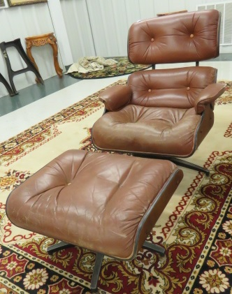MID-CENTURY MODERN EAMES STYLE PLYCRAFT LEATHER LOUNGE CHAIR AND OTTOMAN