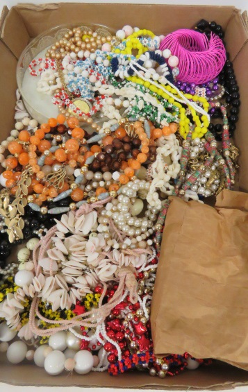 LARGE LOT COSTUME JEWELRY BEADS