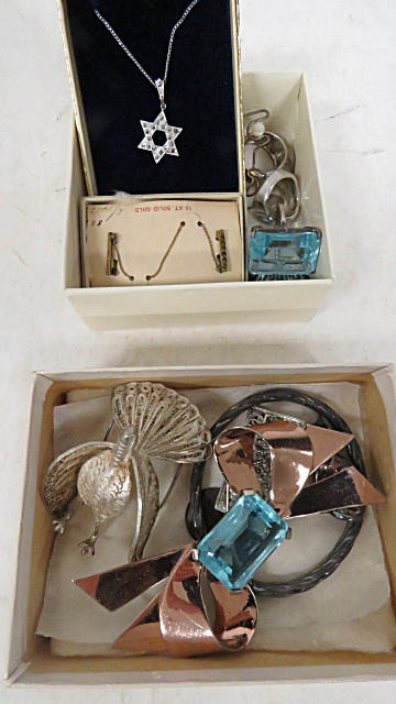 ASSORTED LOT STERLING JEWELRY INCLUDING HINGED BANGLE, FILIGREE TURKEY, MARCASITE METALED BROOCH (4) RINGS, CAT PIN, BLUE ENAMELED CHARM AND MARCASITE STAR DAVID PENDANT AND CHAIN, RETRO GOLD TONE BROOCH AND VINTAGE 10K DOUBLE PIN WITH CONTRACTING CHAIN. GROSS WEIGHT 86.9 GRAMS