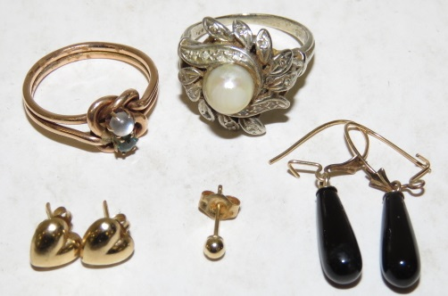 LOT 10-14K WHITE AND YELLOW GOLD JEWELRY INCLUDING ONYX, CULTURED PEARL (AS IS) AND DIAMOND RING. GROSS WEIGHT 12.94 GRAMS