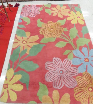 MID-CENTURY FLORAL HOOKED RUG. 5 X 7'10